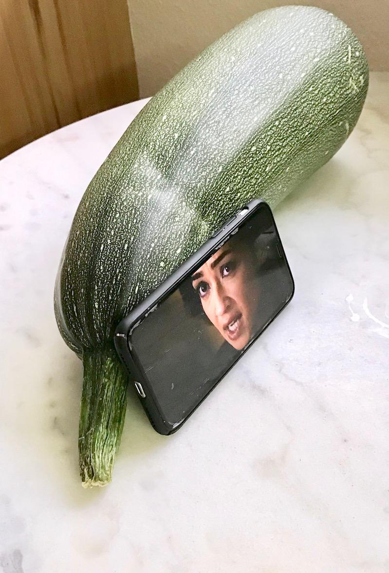 Zucchini als Handyhalterung