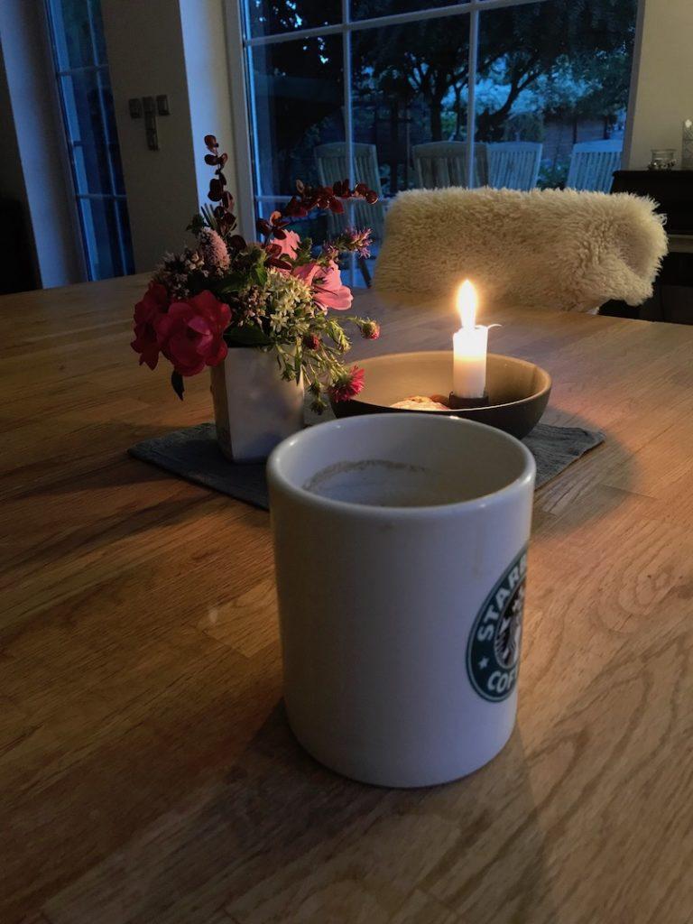 Frühstück bei Kerzenschein