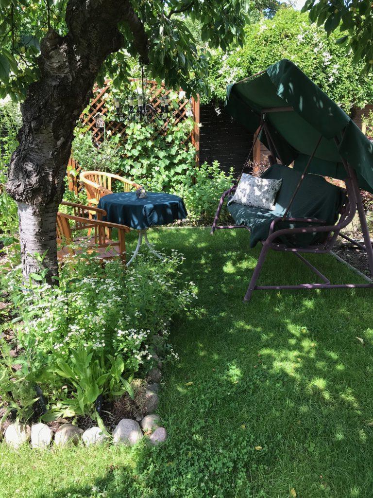 Zeit der offenen Gärten: Sitzecke unter dem Kirschbaum